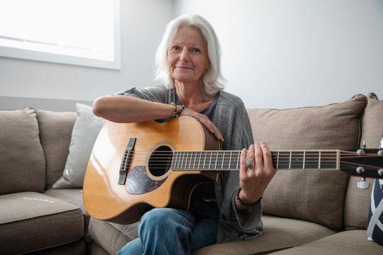 Señora tocando guitarra