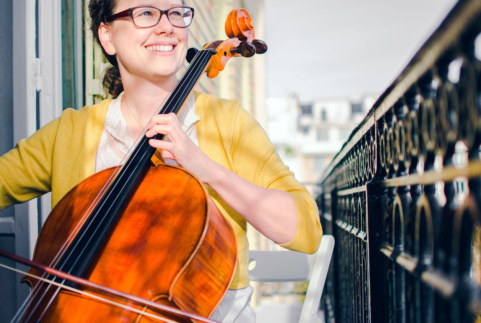 Chica tocando violonchelo