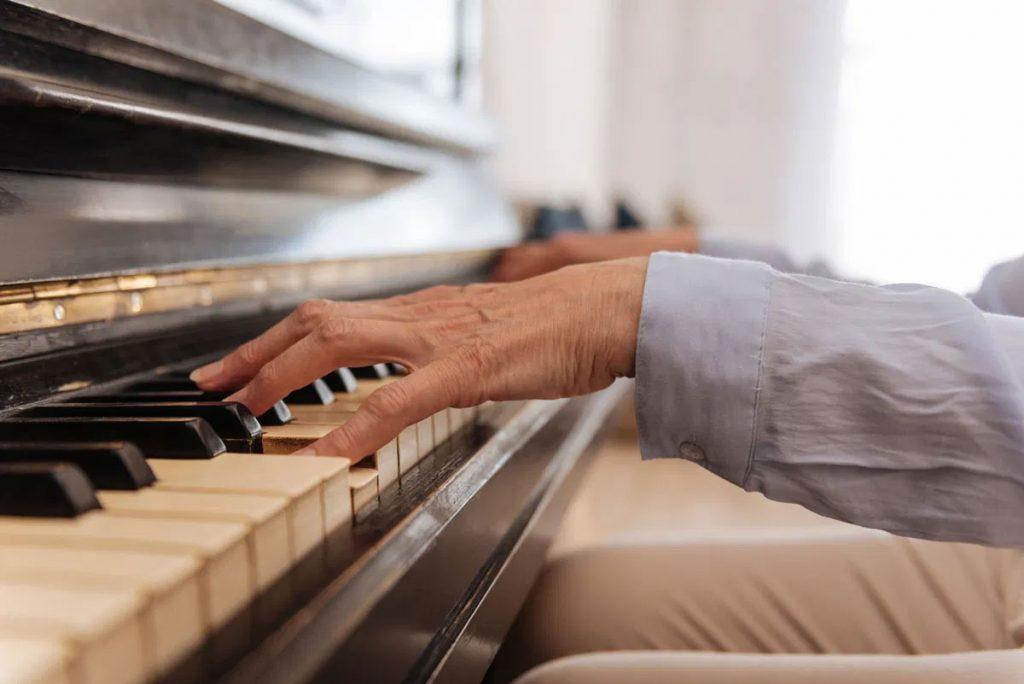 Señor tocando el piano